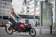 Die Co-Leiterin des Neubads, Michelle Grob, fährt auf dem Cargo Bike, welches im Neubad ausgeliehen werden kann. (Bild: Boris Bürgisser, Luzern, 23. Juni 2017)