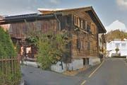 Steht an der Mühlegasse in Steinen: Eines der beiden Holzhäuser mit Baujahr um 1300. (Bild: Screenshot/map.google.ch)