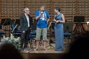Regisseur Dani Levy mit Stefan Gubser und SRF-Moderatorin Monika Schärer. (Bild: Pius Amrein (Luzern, 11. Juli 2017))