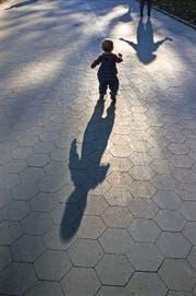 Zum Schutz von Kindern sollen Kesb auch ausserhalb der Bürozeiten erreichbar sein. (Bild: Getty)