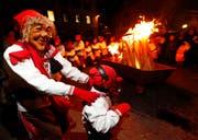 Mit Pauken und Trompeten zogen die Gugger auf den Dorfplatz, danach wurde der Badjöggel verbrannt. (Bild: Stefan Kaiser / Neue ZZ)