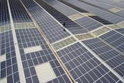 Solaranlage auf dem Dach einer Fabrikhalle in Saxon im Unterwallis. Der Gewerbeverband sieht bei einer Energiewende ein grosses Auftrags- und Beschäftigungspotenzial. (Bild: Keystone/Jean-Christophe Bott)