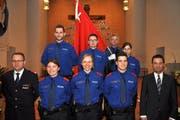 Die sechs Vereidigten mit dem Polizeikommandanten Damian Meier (vorne links), dem Schwyzer Regierungsrat André Rüegsegger (vorne rechts) sowie dem Korpsfähnrich Anton Mettler (hinten rechts). (Bild: Schwyzer Kantonspolizei)