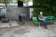 André Egli auf der Bank, auf der er attackiert wurde. (Bild Sandra Monika Ziegler)