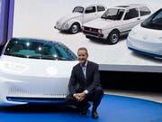 Der Markenchef und sein Elektroauto: Herbert Diess mit dem neuen Volkswagen I.D. an der Pariser Automesse. (Bild: KEYSTONE/EPA/IAN LANGSDON)