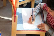 Ein Bub macht im Kindergarten eine Zeichnung. (Archivbild Eveline Beerkircher)
