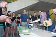 Zusammen mit Biologielehrer Remo Flüeler führen die Schüler die Experimente durch. (Bild: Maria Schmid (Zug, 1. Juni 2017))