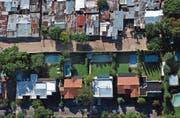 Die Kluft zwischen Arm und Reich wird immer tiefer – diese Grenze zwischen einer reichen und einer armen Nachbarschaft in Argentinien zeigt dies eindrücklich. (Bild: Natacha Pisarenko/AP (Buenos Aires, 12. April 2003))