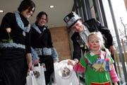 Kinderbescherung in Walchwil: Kinder bekommen einen Papiersack mit Geschenken vom Hudivater. (Bild Werner Schelbert/Neue ZZ)