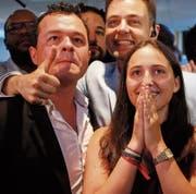 Mitglieder von Emmanuel Macrons Partei freuen sich über das Wahlergebnis. (Bild: François Mori/AP (Paris, 18. Juni 2017))