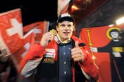 «Es gibt nicht viel Schöneres, als eine WM-Abfahrt zu gewinnen», sagt Patrick Küng mit Gold um den Hals und lässt sich im House of Switzerland von den Schweizern und insbesondere von seinen Glarner Fans feiern. (Bild: EPA / Hans Klaus Techt)