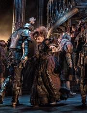 In «Tanz der Vampire» ist die Zuger Tänzerin Maja Luthiger auf der Bühne des «Ronacher» in Wien zu sehen. Dabei wird ihr voller Körpereinsatz abverlangt. (Bild: PD/C_VBW_DeenVanMeer)