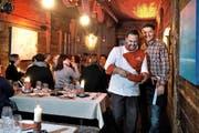 Patrick Widmer (rechts) und Koch Filipe da Silva in ihrem stimmungsvollen Fondue-Stübli im ehemaligen Ebikoner Spritzenhäuschen. (Bild: Nadia Schärli / Neue LZ)