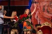 Viele Rosen statt ein Zepter: Rosenkönigin Anna Lang freut sich über ihren Sieg. Links Moderator Manu Burkart. (Bild: pd (Weggis, 2. Juli 2017))
