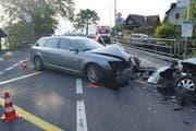 Zwei der drei Unfallfahrzeuge mit Spuren eines heftigen Zusammenstosses. (Bild: Zuger Polizei)