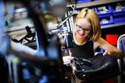 Repariert gerade eine Tasche an der Nähmaschine: Feintäschnerin Elena Moos. (Bilder Stefan Kaiser)