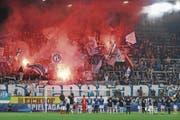 FCL-Spieler feiern zusammen mit den Fans den Sieg gegen St. Gallen. (Bild: Philipp Schmidli (Luzern, 23. Oktober 2016))