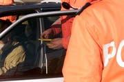 Im Rahmen einer Kontrolle überprüft die Polizei einen Führerausweis. (Bild: Archiv Neue ZZ)