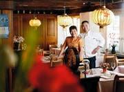 Limin Hu Zhang (links) und Jian Cheng Hu haben das Restaurant in der Zuger Altstadt fast 30 Jahre geführt. Bild: Stefan Kaiser (27. September 2016)