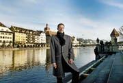 Der neue Regierungspräsident Reto Wyss (49, CVP) an der Reuss (Bild Corinne Glanzmann)
