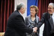 Edi Buck, der erste und inzwischen nicht mehr aktive Präsident der BDP des Kantons Luzern (links), begrüsst im April 2010 in Emmenbrücke BDP-Nationalrat Hans Grunder. Dazwischen strahlt BDP-Bundesrätin Eveline Widmer-Schlumpf. (Bild Corinne Glanzmann)