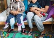Eine Familie aus Eritrea posiert für ein Foto.Bild: Gian Ehrenzeller/Keystone (Davos, 1. April 2016)