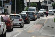 Immer wieder stockender Verkehrsfluss. Meist müssen sich zahlreiche Autos und die Busse die Obernauerstrasse teilen. (Bild: Boris Bürgisser / Neue LZ)