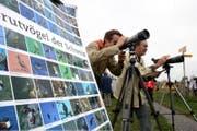 Mitarbeiter vom Vogelschutz Zug beobachten auf dem Zugerberg die Zugvögel. (Bild: Archiv ZZ (Christof Borner-Keller))
