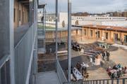 Blick in den Innenhof des Asylzentrums Grosshof. (Bild: Nadia Schärli, Kriens, 24. November 2017)
