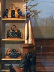 Blick durch das Schaufenster in den Laden, in dem die beiden Elfenbeinfiguren zu sehen sind. (Bild: PD)