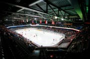 In der Bossard-Arena könnten 2016 Eiswettbewerbe der olympischen Winterspiele durchgeführt werden. (Bild: Stefan Kaiser / Neue ZZ)