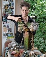 Gabriela Brugger (55) hält eine ihrer Zeitkapseln in der Hand. (Bild: Corinne Glanzmann (Malters, 9. August 2017))