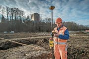 Links: Die Fundamente für die Gartenhäuschen sind bereits erstellt. Rechts: Ein Bauarbeiter macht Messungen mit einem GPS-Gerät. (Bild: Pius Amrein (Luzern, 31. Januar 2018))