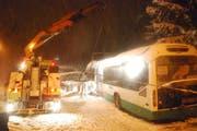 Der Bus wird mit einem Lastwagen geborgen. (Bild: Luzerner Polizei)