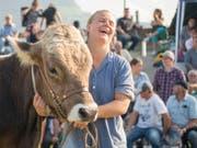 Manuela Egli zeigt sich überglücklich mit dem Siegermuni (Bild: KEYSTONE/URS FLUEELER)