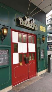 Mehrere Scheiben an Tür und Fensterfront des Mr.-Pickwick-Pubs in Zug sind eingeschlagen worden. (Bild: Andreas Fässler)