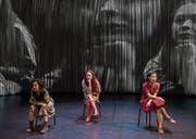 Irina Lorez, Emma Skyllbäck und I-Fen Lin (von links nach rechts) im Stück «Tune In». (Bild: Roberto Conciatori)