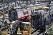 Die verunfallten Bahnwaggons stehen eingangs Bahnhof Luzern. (Bild: Pius Amrein (Luzern, 23. März 2017))
