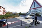 Bei der Einfahrt von der Gewerbestrasse in die Blickensdorferstrasse gibt es bereits eine Markierung. (Bild: Stefan Kaiser (Baar, 25. Oktober 2017))