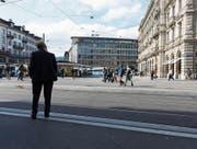 Geht es nach dem Bundesrat, werden Kontoinformationen vom Zürcher Paradeplatz bald an die halbe Welt fliessen. (Bild: Gaëtan Bally/Keystone)