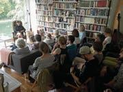 Sofalesung in einer privaten Wohnung in der Zentralschweiz. Das Publikum schätzt die Unmittelbarkeit. (Bild: sofalesungen.ch/PD)