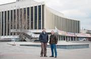 Mauro Bonzanigo (rechts) und sein Geschäftspartner Philipp Stirnemann vor dem Palast Ukrajina im Zentrum Kiews. (Bild: PD)