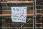Ein Transparent am besetzten Haus an der Obergrundstrasse 101 in Luzern richtet sich an Stadträtin Manuela Jost. (Bild: Dominik Wunderli (Luzern, 3. April 2017))