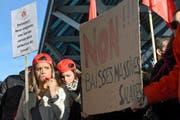 Rund 250 Swissport-Mitarbeiter demonstrierten gestern in Genf gegen ihre Arbeitsbedingungen. (Bild: Keystone/Martial Trezzini)