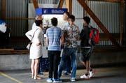 Integration der anderen Art: Asylbewerber lernen bei der ZVB, wie man ein Busbillett korrekt löst. (Bild: Stefan Kaiser / Neue ZZ)