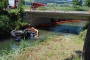 Das Geländer hielt das Auto nicht auf und das Fahrzeug landete im Wasser. (Bild: Staatsanwaltschaft Kanton Luzern)