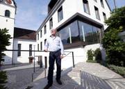 Ralf Binder (vor der Kirche und dem Pfarreizentrum in Walchwil) freut sich auf die neue Herausforderung. (Bild Werner Schelbert)