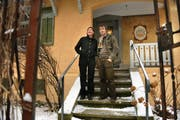 Mireille Tscholitsch und Hanspeter Odermatt vor dem restaurierten Haus. (Bild Corinne Glanzmann/Neue NZ; siehe auch Aufnahme unten)