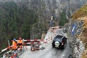 Ein Fahrzeug passiert am Samstagmorgen die Bristenstrasse. Sie war geöffnet, damit die Bristener ihre Autos an der Talstation der Bahn abstellen konnten. (Bild: pd / Baudirektion Uri)
