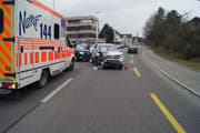 Der Rettungsdienst brachte die erheblich verletzte Unfallverursacherin in ein Krankenhaus. (Bild: PD)